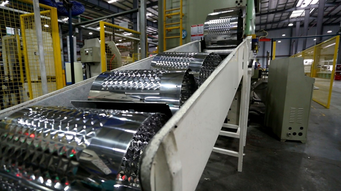 4,卷圆激光焊接一体机,口部翻边机,前后盖旋铆机,打螺钉定位专机(人工